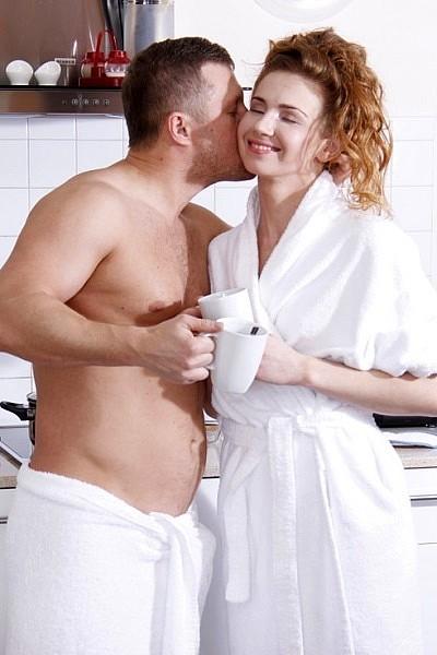 После утреннего кофе на кухне трахнул в жопу рыжую любовницу