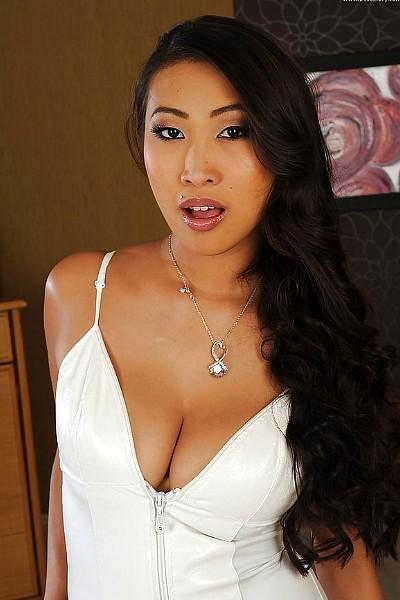 Красивая азиатка-массажистка сосет член и трахается с клиентом