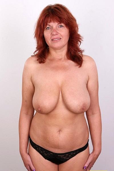 Рыжая зрелая баба с большими отвисшими сиськами и дряблой бритой пиздой на эротическом кастинге позирует полностью голая