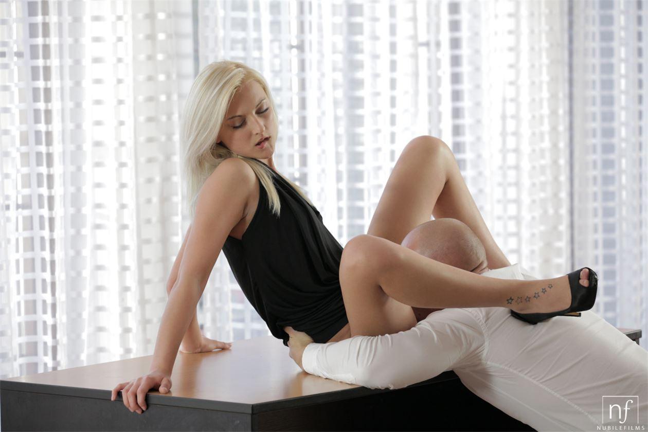 Секретарша блондинка отдалась на столе шефа