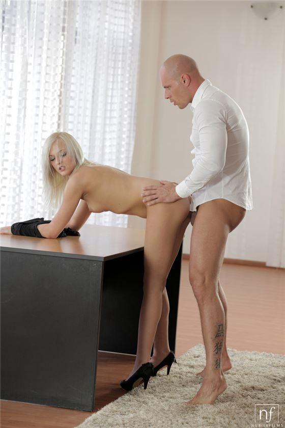 директор трахает секретаршу на столе