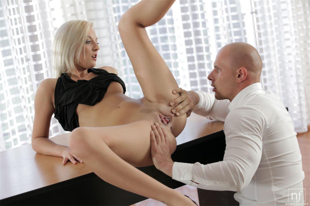 Сексуальных секретарш трахают мужики фото, девушка засунула подруге