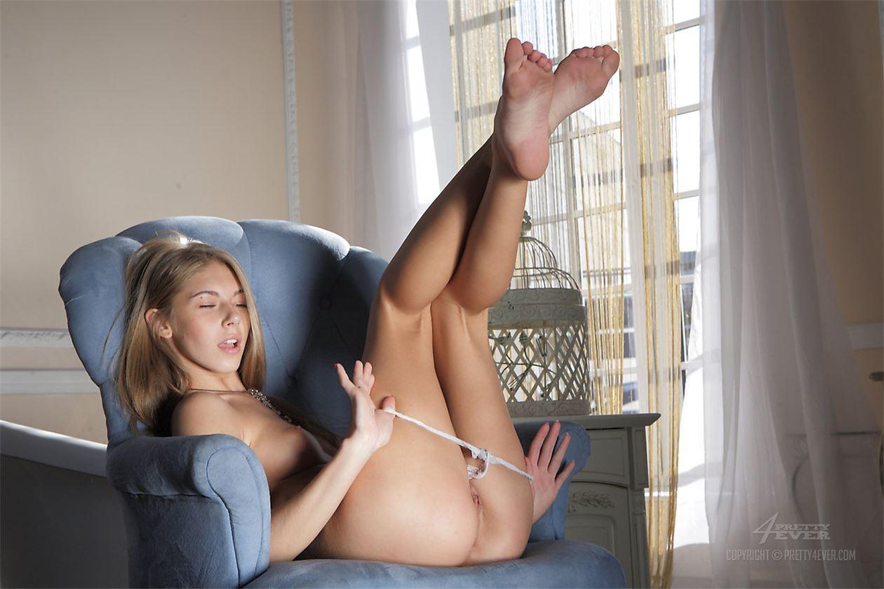 Скромная блондинка мастурбирует 11 фотография