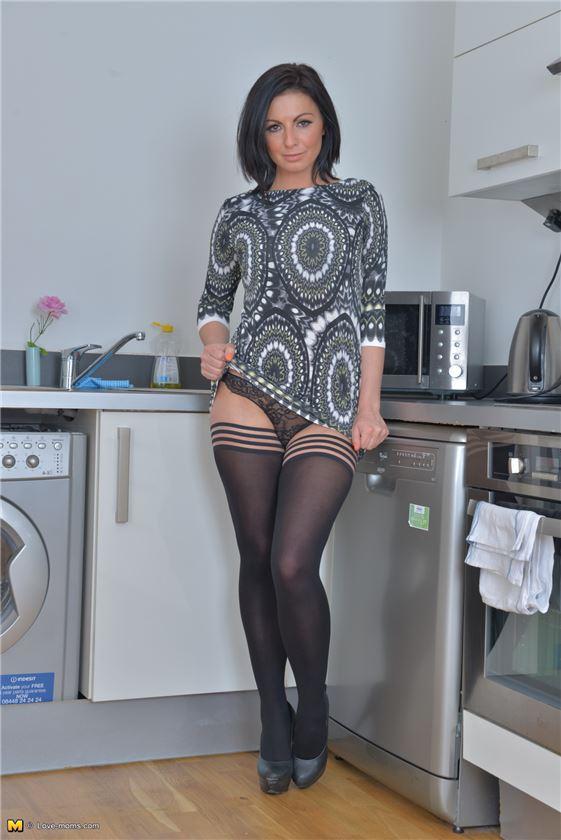 Стриптиз брюнеток с сексом, красиво лижет пизду крупным планом фото