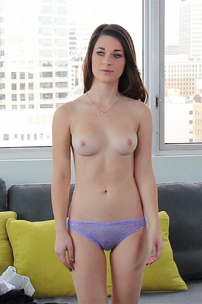 Девку с бритой пиздой трахают на порно кастинге