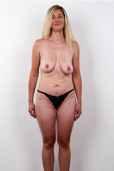Блондинка с дряблыми висячими сиськами и дряхлым животом разделась до гола на кастинге