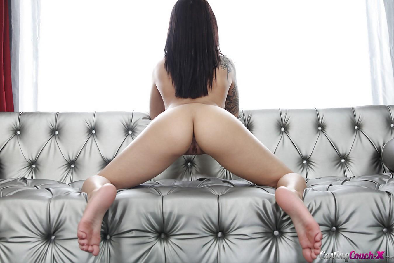 Молоденькая брюнеточка с громадной, висячей грудью фотографируется на кастинге