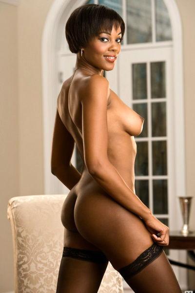 Негритянка Chernise Yvette медленно снимает белье и позирует голая