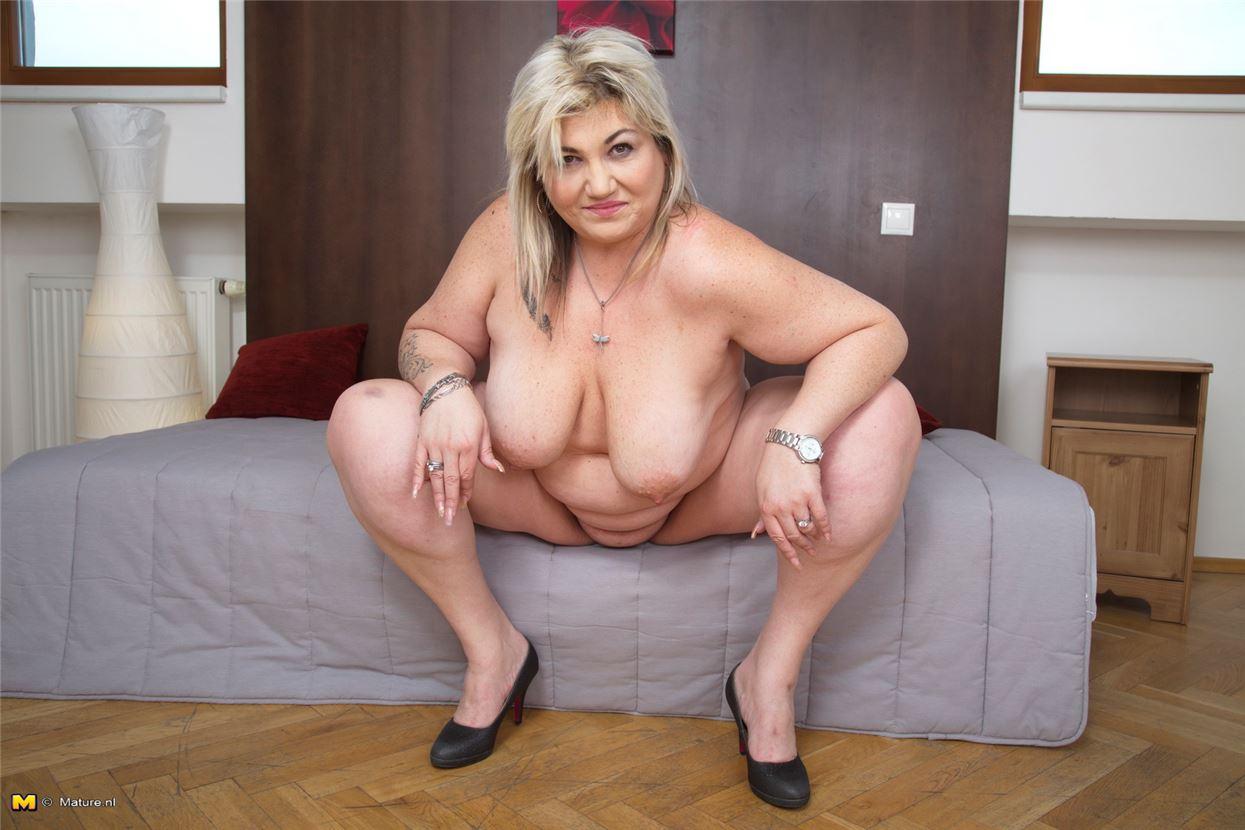 Зрелая толстая блудница захотела помастурбировать - секс фото на ...