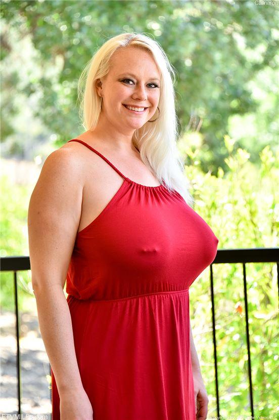 Блондинка порнозвезда с большими сиськами пирсинг на клиторе, мокренькая щелка порно смотреть онлайн