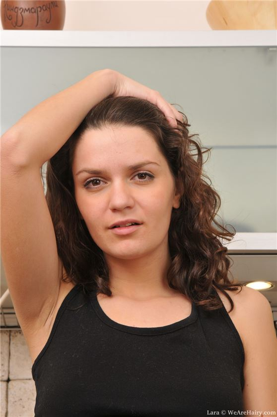 Трахает женщину с небритой пиздой — 11