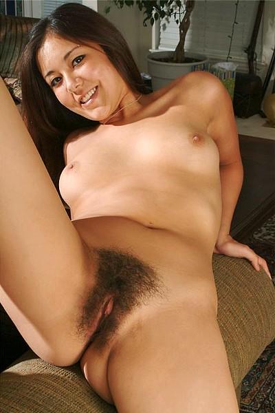 Азиатка показывает свои маленькие сиси и густо заросшую вагину