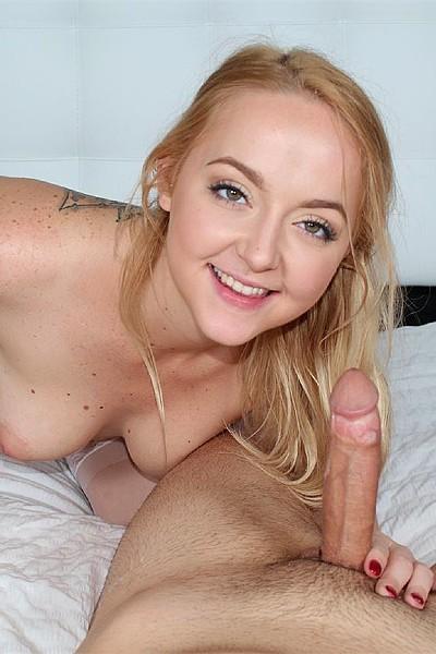 Блондинка в сексуальном белье дрочит шнягу своего парня