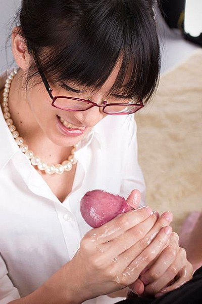 Японка подрочила член и поймала сперму в рот