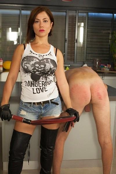 Госпожа отхлестала раба по жопе а потом подрочила ему член