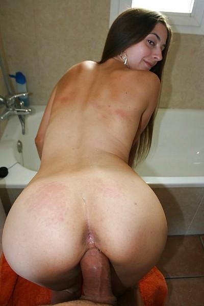 Парень с большим членом трахает худенькую девушку в ванной в домашнем порно