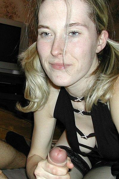 Блондинка с волосатой пиздой сосет член у мужа на домашних порно фото