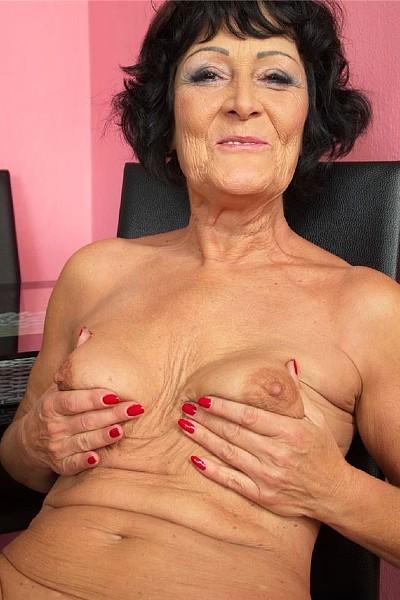 Похотливая старая баба готовится помастурбировать