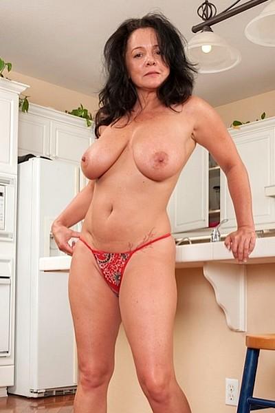 Зрелая баба с большими висячими сиськами шалит голая на кухне