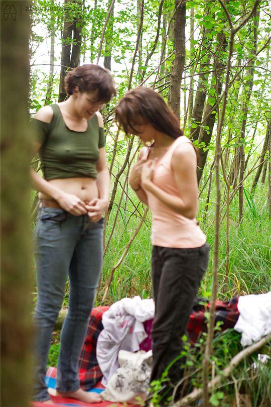 lesbiyanki-v-lesu-foto
