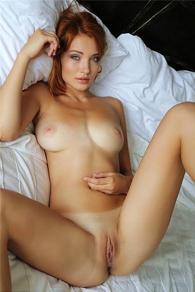 Обалденно соблазнительная рыжеволосая голая девушка