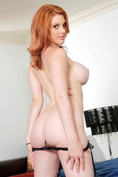 Рыжая фотомодель Лили раздевается и показывает свое голое тело