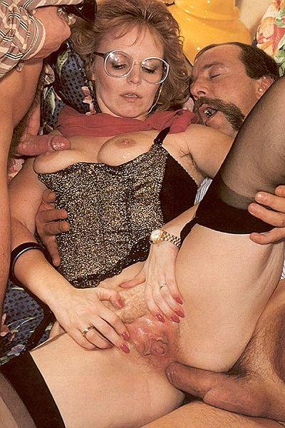 Ретро блондинка наслаждается анальным сексом с двумя мужчинами