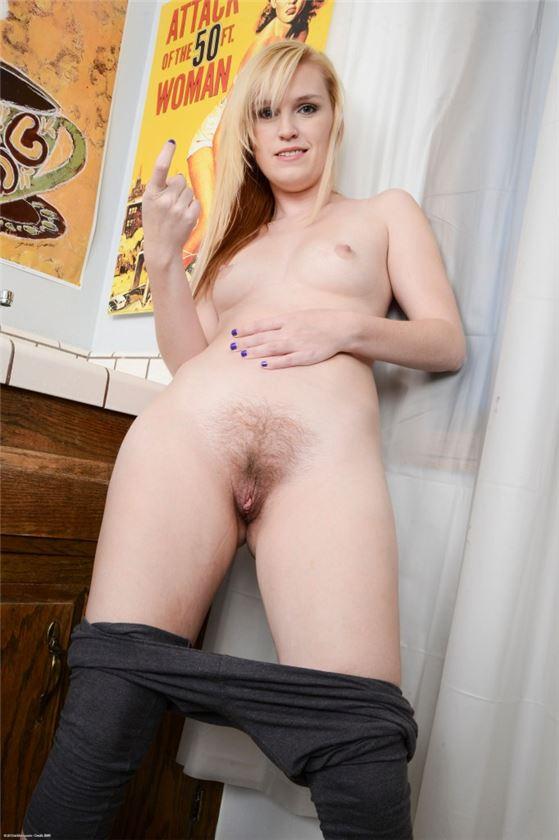 симпатичная блондинка в попу фото
