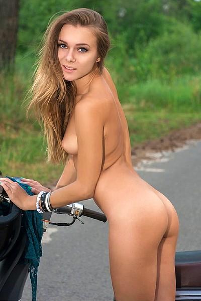 Эротическая фотосессия на скутере