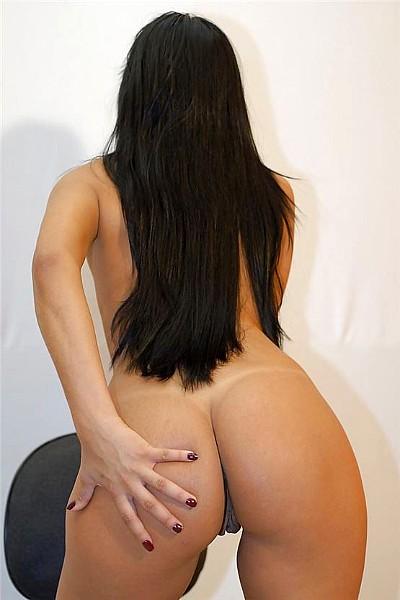 Сексуальная стройная брюнетка обнажила свою аппетитную попку