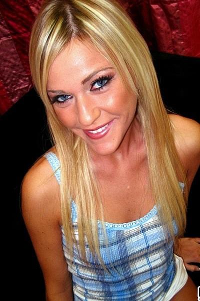 Горячая блондинка на эротическом кастинге разделась догола и позирует