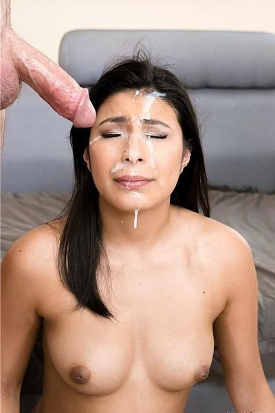 Симпатичная девушка со спермой на лице