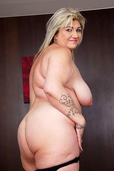 Зрелая толстая блудница захотела помастурбировать