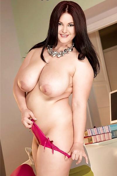 Сексапильная толстуха с большой отвисшей грудью разделась и трахает себя вибратором в побритое влагалище