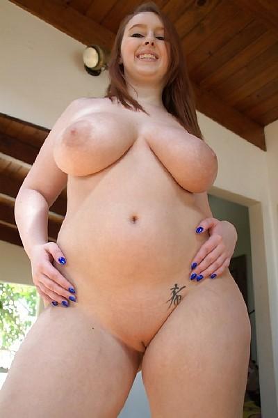 Сиськастая толстуха с большой жопой позирует перед зеркалом в стрингах а потом и голая