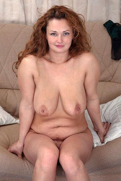 Пухлая зрелая дамочка показывает висячие титьки и мохнатку
