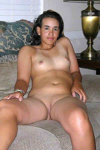 Домашние секс фото молодой латинки с маленькими сиськами и побритой писькой