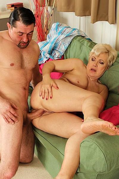 Зрелая женщина с жадностью сосет член и с вожделением принимает его в свое лоно