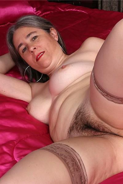Седовласая женщина с волосатой пиздой балуется с вибратором