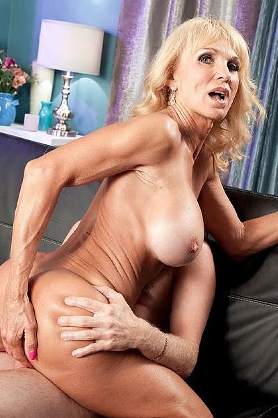 Элегантная пожилая дама страстно сношается с молодым любовником