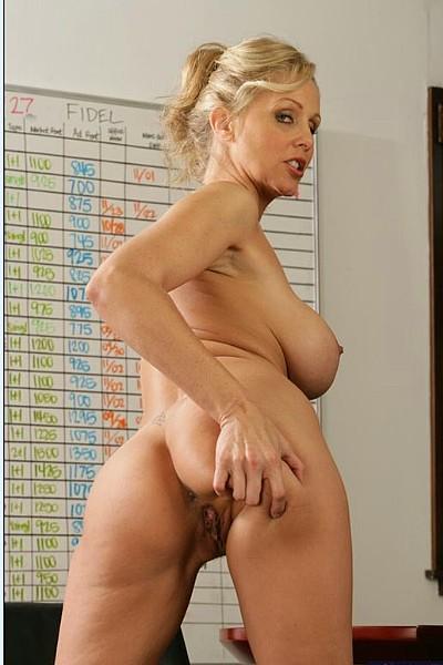 Белокурая грудастая бизнес леди показывает стриптиз в своем офисе