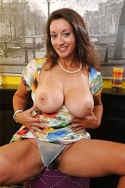 Распутная дама обнажила свои большие груди и небритую пизду