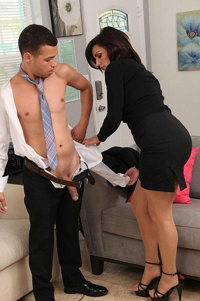 Зрелая бизнес леди сосет член новому сотруднику и трахается с ним