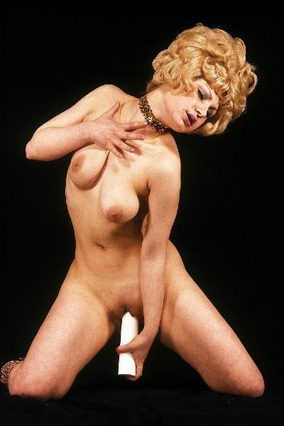 Ретро блондинка сует в пизду огромную свечку