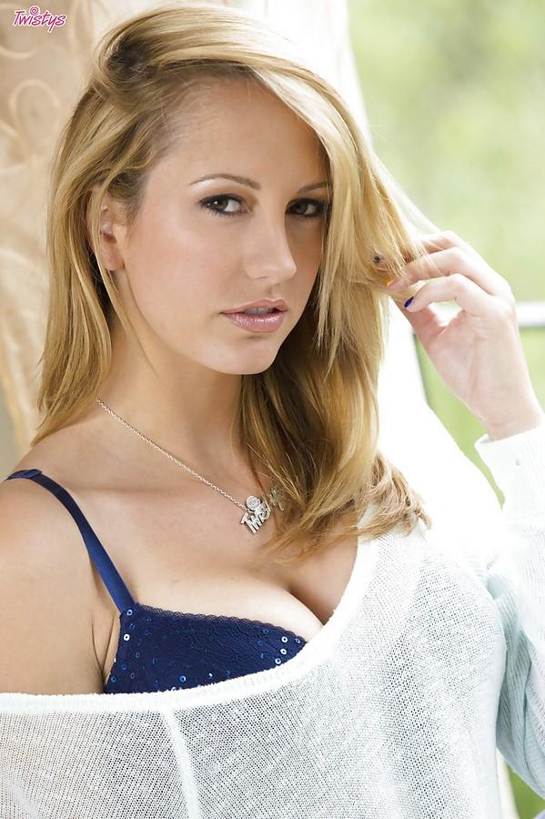 Сексуальная блондинка показывает крупным планом бритую киску