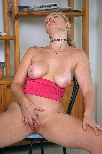 Сисястая баба показала свою пизду с пирсингом на клиторе